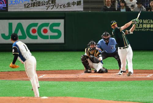 日本ハム対アスレチックス 2回表アスレチックス無死、ピスコティは左越え本塁打を放つ。投手斎藤(撮影・足立雅史)