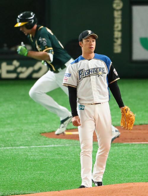 日本ハム対アスレチックス 2回表、ピスコティに左越え本塁打を浴びる斎藤(撮影・足立雅史)