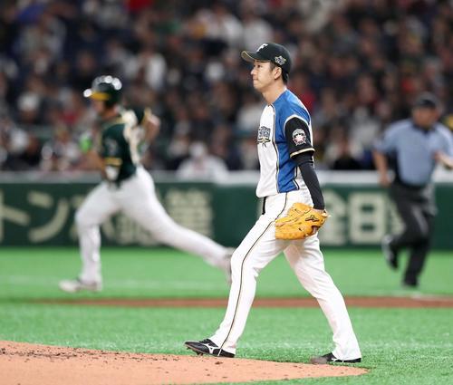 日本ハム対アスレチックス 2回表アスレチックス無死、ピスコティに本塁打を浴びる斎藤(撮影・黒川智章)