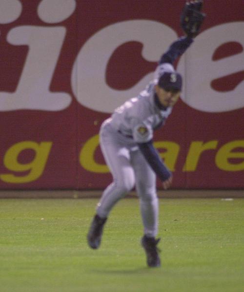 01年4月、アスレチックス対マリナーズ 8回裏アスレチックス1死一塁、イチローはヘルナンデスの右前打を処理すると三塁へ鋭い送球。三塁を狙った一塁走者ロングを刺し、メジャー初補殺を記録
