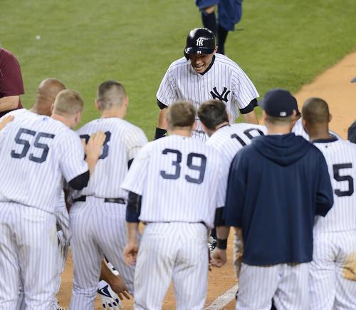 13年、ヤンキース対レンジャーズ 9回裏ヤンキース2死、サヨナラ本塁打を放ち、ホームベース前にできた歓喜の輪に笑顔で入るイチロー