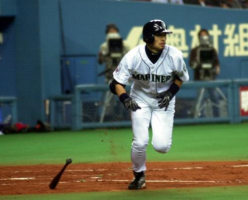 02年11月、全日本対全米 イチローは右線に二塁適時打放つ