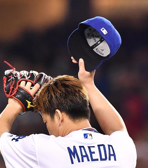 レッズ戦に先発し力投するドジャース前田の帽子の裏には「絶対諦めるな」、「粘り」の文字が書かれていた(撮影・菅敏)