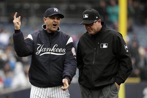 4番トーレスの3ランが取り消しとなり、抗議するヤンキース・ブーン監督(AP)