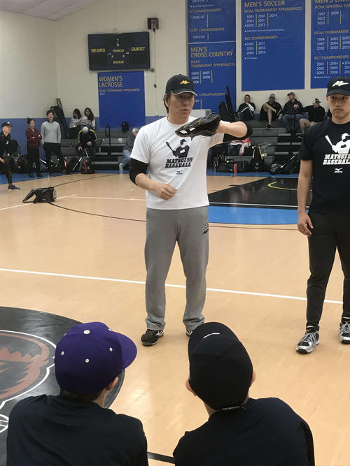 野球教室を開催した松井氏は、子供たちに身振り手振りを交えて指導