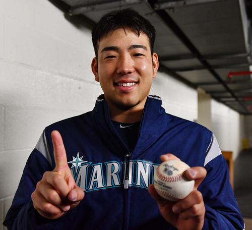エンゼルス戦でメジャー初勝利を挙げ、笑顔でウイニングボールを手にするマリナーズ菊池(撮影・菅敏)