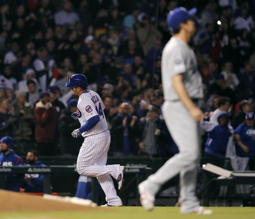 2回、カブス・リゾ(左)に2点左本塁打を浴びたドジャース前田(AP)
