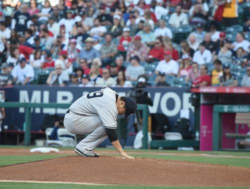 エンゼルス戦に先発し、初回の投球を前にプレートに手を当てるヤンキース田中(撮影・菅敏)