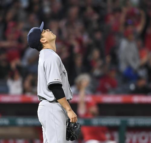 エンゼルス対ヤンキース 5回裏エンゼルス無死一塁、ラステスに2点本塁打を打たれ、天を仰ぐヤンキース田中(撮影・菅敏)