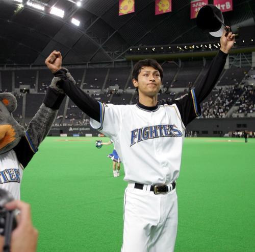 05年6月、日本ハム対広島 プロ初勝利を飾りスタンドのファンにあいさつするダルビッシュ有