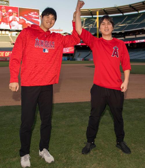 MLBネットワークのテレビインタビューに応え、水原通訳(右)とおどけるエンゼルス大谷(エンゼルス球団広報提供)