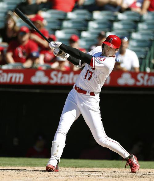 アスレチックス戦の8回、この試合2本目の本塁打となる12号ソロを放つエンゼルス大谷(共同)