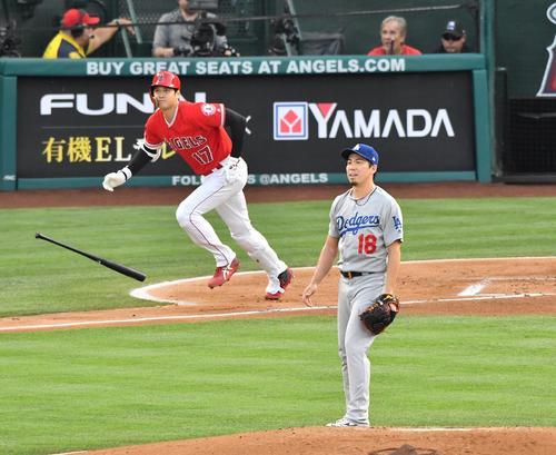 エンゼルス対ドジャース 1回裏エンゼルス2死、エンゼルス大谷に本塁打を打たれぼうぜんと立ち尽くすドジャース前田(撮影・菅敏)