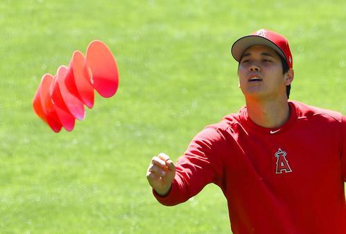 ツインズ対エンゼルス 試合前、キャッチボールを終え、コーンを投げるエンゼルス大谷(撮影・菅敏)