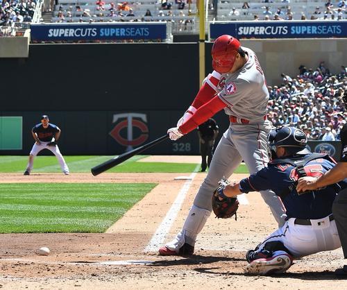 ツインズ対エンゼルス 2回表エンゼルス2死、投ゴロで投手オドリッチが一塁へ送球がそれ、二塁へ向かうエンゼルス大谷(撮影・菅敏)
