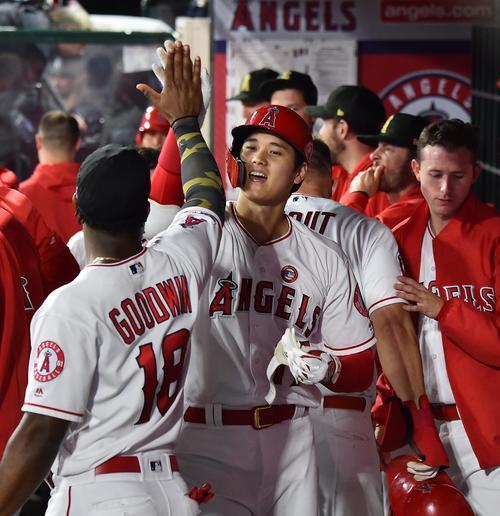 エンゼルス対ロイヤルズ 6回裏エンゼルス1死一塁、右越えに2号2点本塁打を放ち、ナインにタッチで迎えられるエンゼルス大谷(撮影・菅敏)