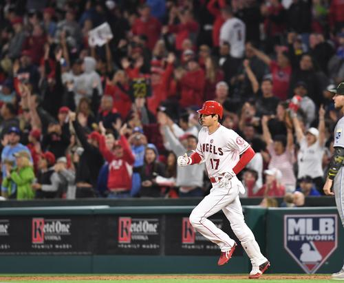 エンゼルス対ロイヤルズ 6回裏エンゼルス1死一塁、右越えに2号2点本塁打を放ち、ファンの大歓声を受けながらダイヤモンドを回るエンゼルス大谷(撮影・菅敏)