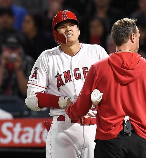 8回裏エンゼルス無死、三振した際にボールが右手に当たり、苦痛に顔をゆがめるエンゼルス大谷(撮影・菅敏)