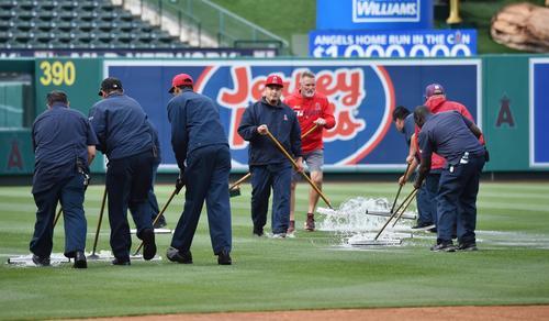 エンゼルス対ツインズ戦の試合前、水たまりを取り除くグランドキーパー(撮影・菅敏)