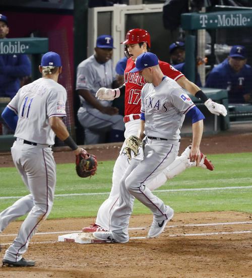 3回、一ゴロを放ち、一塁へ駆け込むエンゼルス大谷。右は投手スマイリー。セーフの判定だったがチャレンジの結果、アウトとなった(共同)