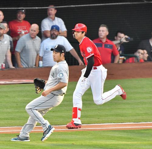 エンゼルス対マリナーズ 1回裏エンゼルス2死、マリナーズ菊池(左)から二塁内野安打を放つエンゼルス大谷(撮影・菅敏)