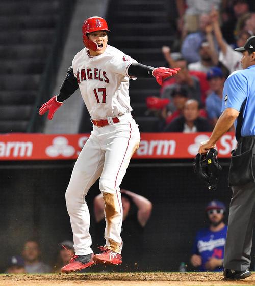 8回裏エンゼルス1死満塁、トバールの三塁ゴロの間に三塁から本塁へ滑り込み生還するエンゼルス大谷(撮影・菅敏)