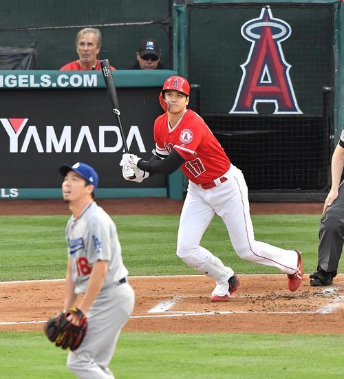 エンゼルス対ドジャース 1回裏エンゼルス2死、ドジャース前田から右中間に7号本塁打を放つエンゼルス大谷(撮影・菅敏)