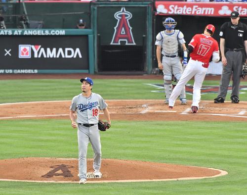エンゼルス対ドジャース 1回裏エンゼルス2死、本塁打を放ち本塁に戻るエンゼルス大谷を背にリプレーの映像が流れる電光掲示板を見つめるドジャース前田(撮影・菅敏)