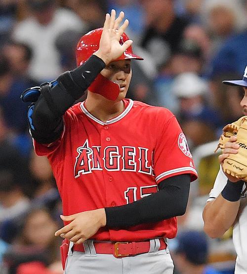 レイズ対エンゼルス 7回表エンゼルス2死一塁、中前打を放ち、サイクル安打を達成したエンゼルス大谷は、ベンチに向かって手を上げる(撮影・菅敏)