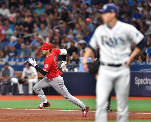 レイズ対エンゼルス 3回表エンゼルス無死、レイズ左腕のヤーブロー(右)から左中間に二塁打を放ち、一塁を駆け回るエンゼルス大谷(撮影・菅敏)