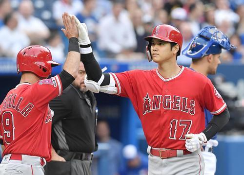 ブルージェイズ対エンゼルス 2回表エンゼルス2死二、三塁、左越えに9号3点本塁打を放ち、ラステラ(左)にタッチで迎えられるエンゼルス大谷(撮影・菅敏)