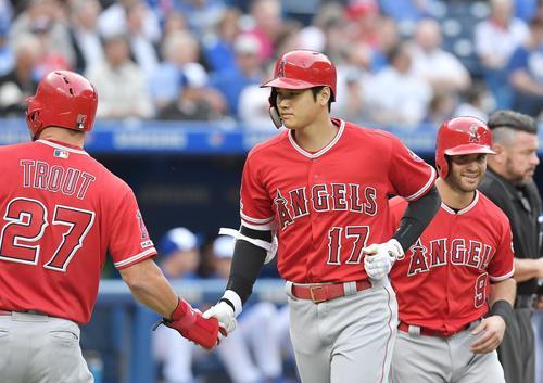ブルージェイズ対エンゼルス 2回表エンゼルス2死二、三塁、左越えに9号3点本塁打を放ち、トラウト(左)に握手で迎えられるエンゼルス大谷(撮影・菅敏)