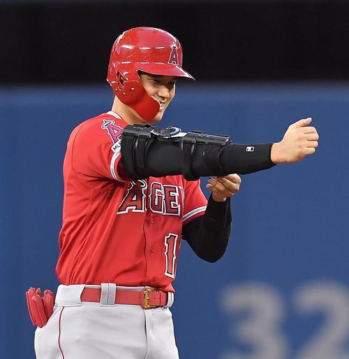 ブルージェイズ対エンゼルス 6回表エンゼルス2死、右へ二塁打を放ち、塁上で笑顔を見せるエンゼルス大谷(撮影・菅敏)
