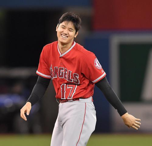 ブルージェイズに勝利し、笑顔でナインとタッチをするエンゼルス大谷(撮影・菅敏)