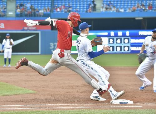 ブルージェイズ対エンゼルス 2回表エンゼルス2死、一塁へ打球を放ち、投手サンチェスと競うように駆け込み内野安打とするエンゼルス大谷(撮影・菅敏)