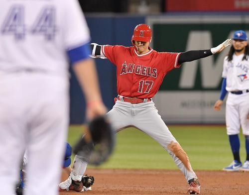 ブルージェイズ対エンゼルス 6回表エンゼルス2死、左へ二塁打を放ち二塁に滑り込んだエンゼルス大谷は、セーフとアピールする(撮影・菅敏)
