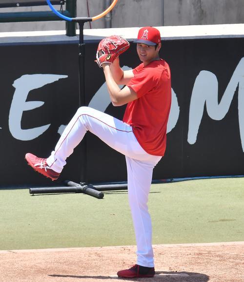 右肘手術後、初めてブルペンで投球練習をするエンゼルス大谷は、表情を緩ませ第1球目を投じる(撮影・菅敏)