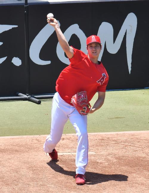 右肘手術後、初めてブルペンで投球練習をするエンゼルス大谷は、表情を緩ませ1球目を投じる(撮影・菅敏)