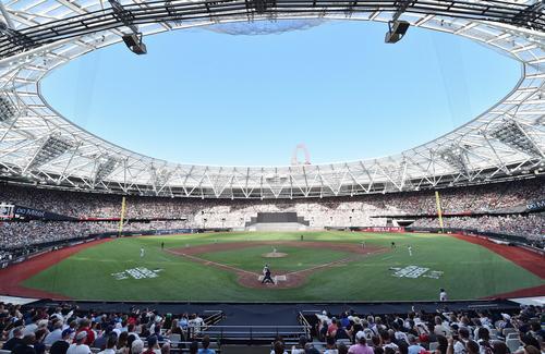 ロンドン競技場で行われたレッドソックスとのロンドンシリーズ初戦に先発し、先頭打者ベッツに対し投じるヤンキース田中(撮影・菅敏)