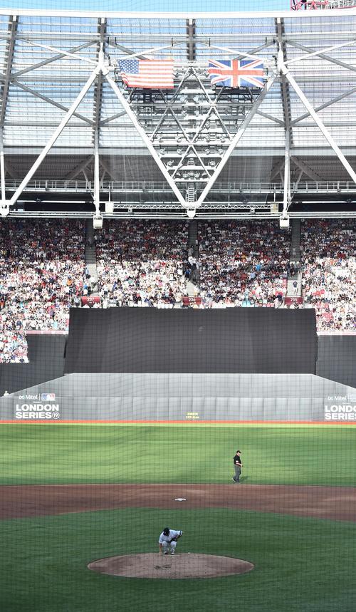 ロンドン競技場で行われたレッドソックスとのロンドンシリーズ初戦に先発し、初回の投球を前にマウンドに手を当てるヤンキース田中(撮影・菅敏)