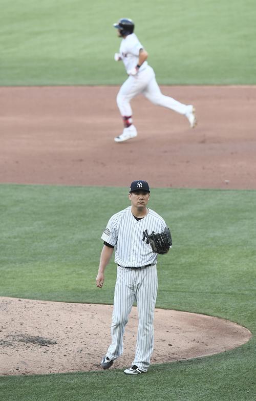 1回裏レッドソックス2死一、二塁、レッドソックス・チャビスに同点の3点本塁打を打たれ、肩を落とすヤンキース田中(撮影・菅敏)
