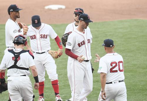 ロンドンシリーズ・レッドソックス対ヤンキース 1回途中、5安打6失点で降板するレッドソックス・ポーセロ(右から2人目)(撮影・菅敏)