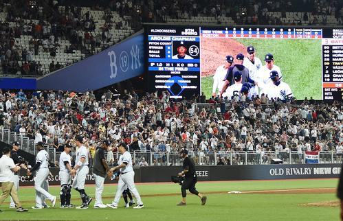 レッドソックスとのロンドンシリーズ初戦で17対13で乱打戦に勝利し、喜ぶヤンキースナイン(撮影・菅敏)