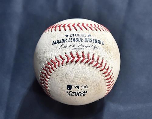 ロンドンシリーズ・レッドソックス対ヤンキースの初戦で使用されたボール(撮影・菅敏)