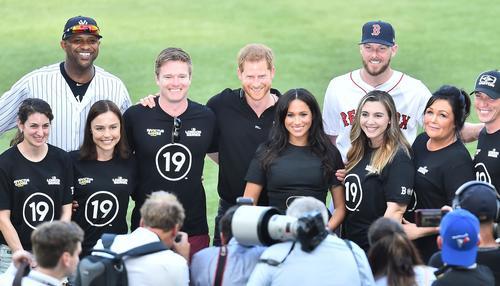ロンドンシリーズ初戦、試合前のセレモニーに参加し、笑顔で記念写真に納まるヘンリー王子(中央左)とメーガン妃(撮影・菅敏)