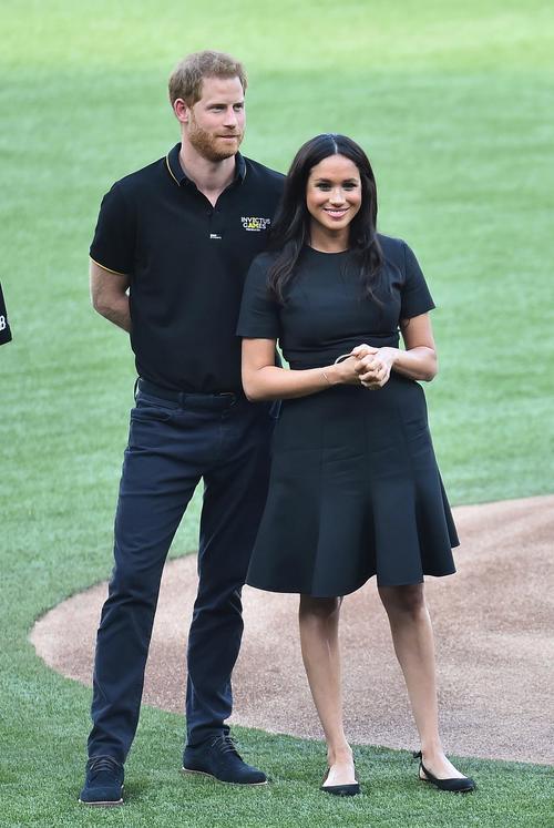 ロンドンシリーズ初戦、試合前のセレモニーに参加し、笑顔を見せるヘンリー王子(左)とメーガン妃(撮影・菅敏)