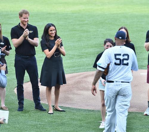 ロンドンシリーズ初戦、試合前のセレモニーに参加し、笑顔を見せるヘンリー王子(左端)とメーガン妃(左から2人目)(撮影・菅敏)