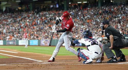 1回、左二塁打を放つ大谷(AP)