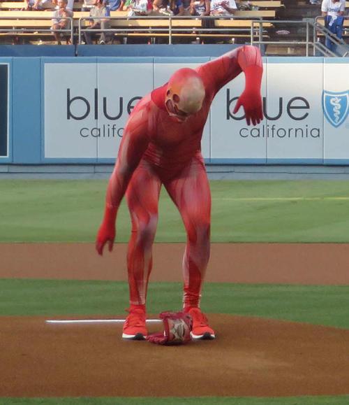 始球式で投球する前にマエケン体操を披露する巨人くん
