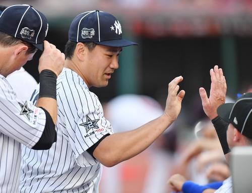 オールスターで2回に2番手で登板し、1回を投げ1安打無失点のヤンキース田中は、タッチで迎えられる(撮影・菅敏)